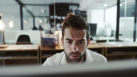 han visste inte uppgiften vore detta komplex - skrivbord bildbanksvideor och videomaterial från bakom kulisserna