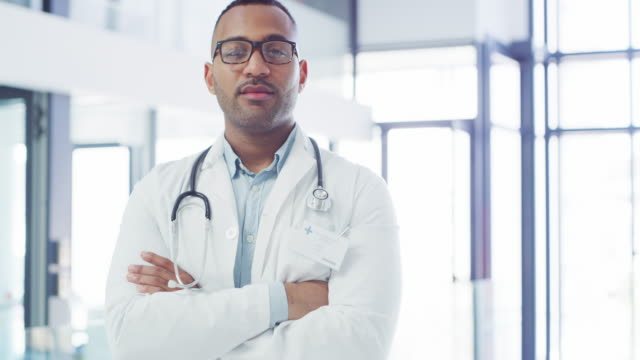 vídeos de stock, filmes e b-roll de ele possui grande expertise na profissão de saúde - braços cruzados