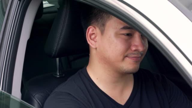 彼は交通渋滞で音楽を聴いています。 - traffic jam点の映像素材/bロール