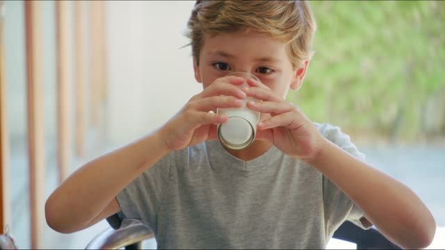 he loves his milk - prima colazione video stock e b–roll