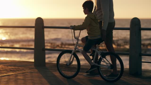 vidéos et rushes de il aime sa nouvelle moto - allée couverte de planches