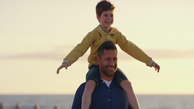stockvideo's en b-roll-footage met hij houdt van lange wandelingen op het strand - carrying