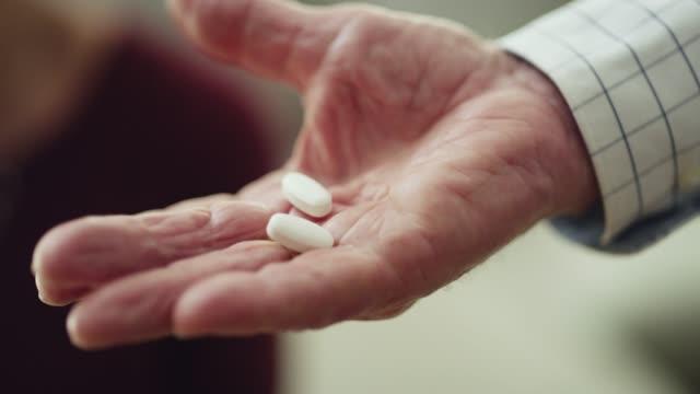 vídeos y material grabado en eventos de stock de nunca olvida su medicación - dedicación