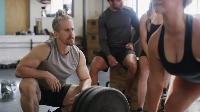 er will nur, was das beste für sie ist - bodybuilding stock-videos und b-roll-filmmaterial