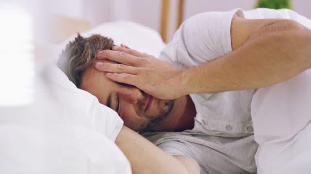 vídeos de stock, filmes e b-roll de ele às vezes fica inquieto durante o sono - uma pessoa