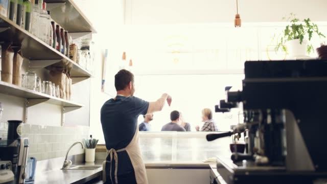 vídeos de stock e filmes b-roll de he treats his customers like family - empregado de balcão