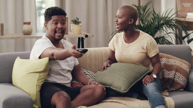 vidéos et rushes de il veut regarder le foot, elle veut regarder un soapie - assis