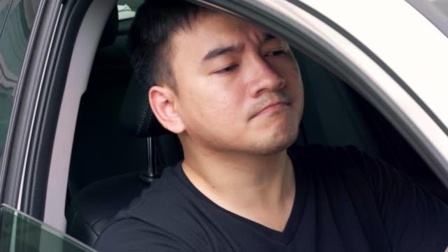 渋滞の道と彼は怒っているので、遅くまで仕事に行った。 - traffic jam点の映像素材/bロール