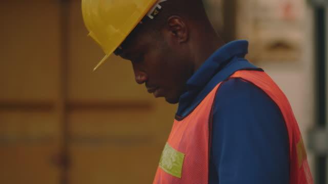 vidéos et rushes de il travaille dans l'industrie lourde - docker