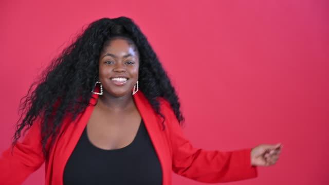 stockvideo's en b-roll-footage met hoofd en schoudersmening van dansende jonge zwarte vrouw - lage ronde hals
