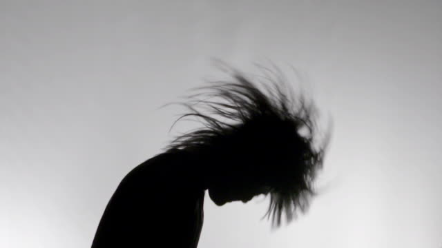 vídeos de stock e filmes b-roll de head banging dancing silhouette in super slow motion - rocking