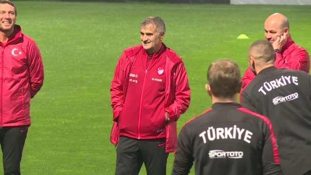 vídeos y material grabado en eventos de stock de head coach senol gunes and players of turkey attend a training session ahead of the uefa euro 2020 qualifying group h group match against iceland at... - senol guenes