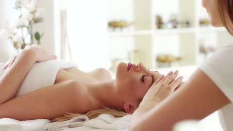 vídeos y material grabado en eventos de stock de masaje de cabeza - balneario spa