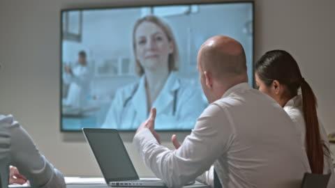 vídeos y material grabado en eventos de stock de cabeza de ds de un laboratorio en una llamada de videoconferencia con un colega - conferencia