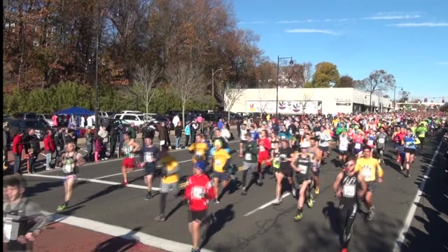 stockvideo's en b-roll-footage met 15000 head out at start on main street in manchester ct - salmini