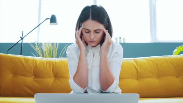 vídeos de stock, filmes e b-roll de dor de cabeça no trabalho. - fracasso