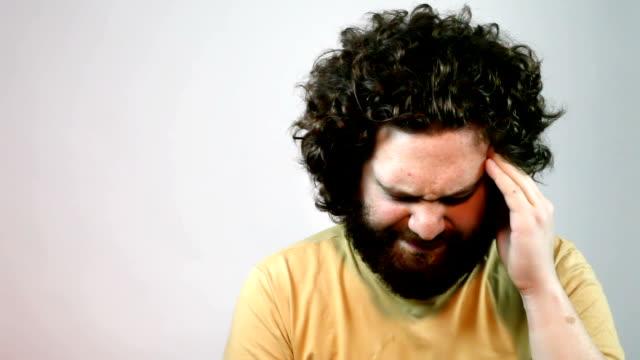 vídeos de stock, filmes e b-roll de dor de cabeça - batendo com a cabeça na parede