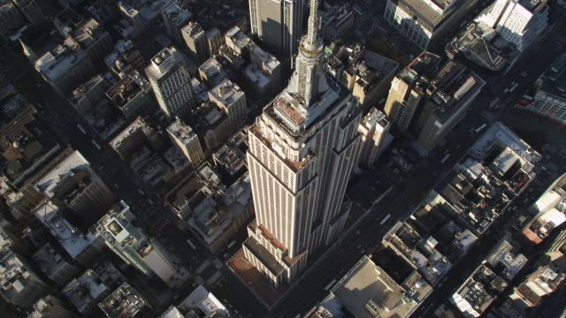 heading diagonally over the empire state building. shot in 2011. - empire state building stock videos & royalty-free footage