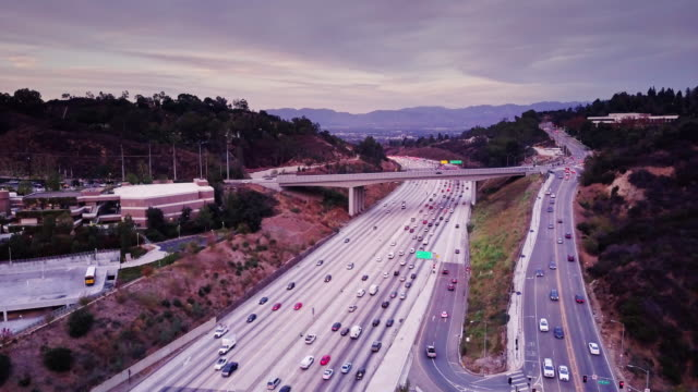 405 heading into sherman oaks, ca - aerial view - autostrada interstatale americana video stock e b–roll