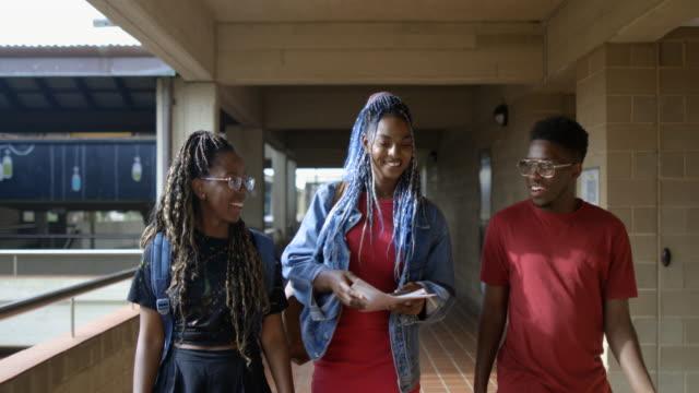 vídeos de stock, filmes e b-roll de indo para a universidade - vista frontal