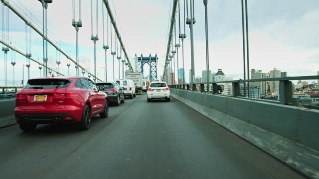 vídeos de stock, filmes e b-roll de heading south on the manhattan bridge - manhattan bridge