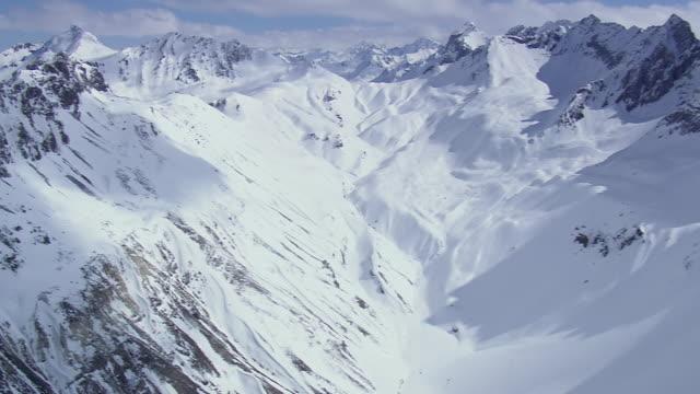 vidéos et rushes de ws aerial heading towards davos / switzerland - switzerland