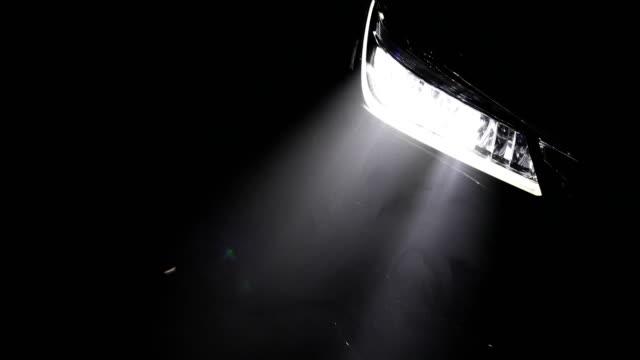 vídeos y material grabado en eventos de stock de faro de automóviles - faro luz de vehículo