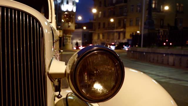 白いビンテージ車のヘッドライト - ヘッドライト点の映像素材/bロール