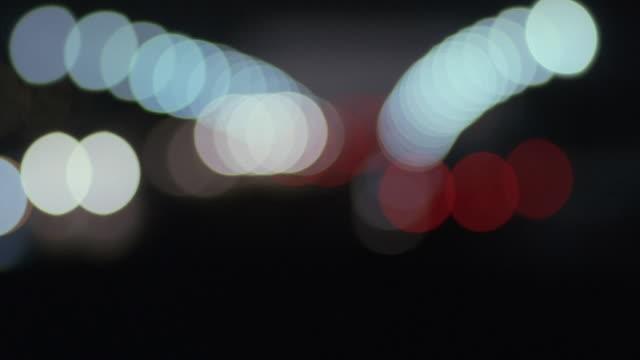 rack focus headlights of traffic on arlington memorial bridge, with the lincoln memorial beyond / washington, d.c., united states - ピント送り点の映像素材/bロール