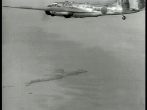 vídeos de stock, filmes e b-roll de headline 'japs bomb hawaii' aerial japanese bomber in flight over water ships on water below cu airplane propeller turning bomb bay doors open in... - primeira página de jornal