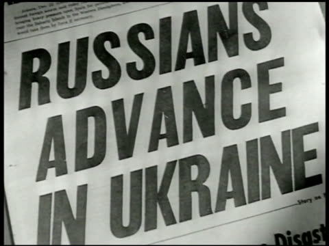 vidéos et rushes de headline 'russians advance in ukraine' ha ws russian tank firing explosion on ground w/ flying dirt russian infantry soldiers running across... - 1942