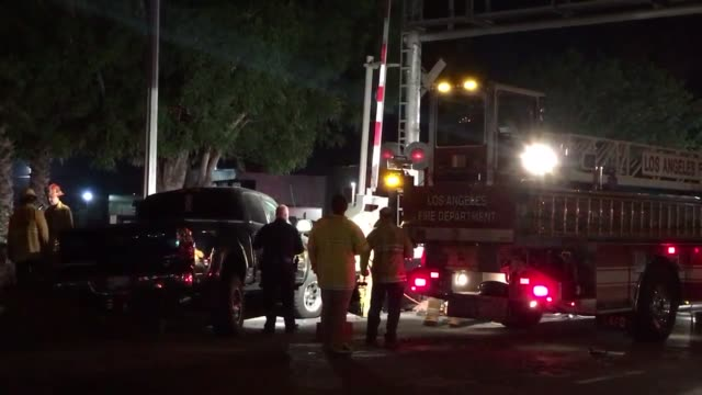 vidéos et rushes de headon collision in north hills roscoe at the train tracks east of balboa possible drunk driver fled on foot passenger in ambulance other car had a... - boire et conduire