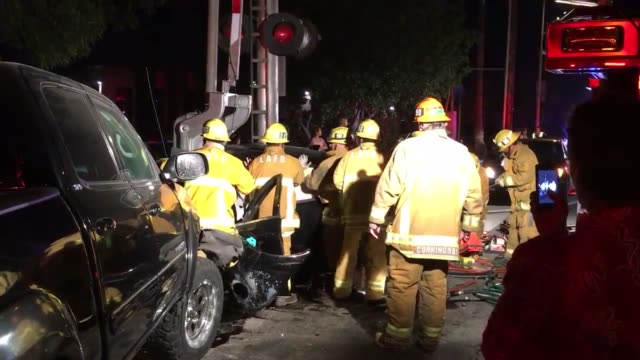 stockvideo's en b-roll-footage met head-on collision in north hills, roscoe at the train tracks east of balboa. possible drunk driver fled on foot, passenger in ambulance other car had... - dronken achter het stuur