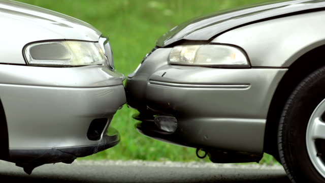 stockvideo's en b-roll-footage met slo mo head-on collision - beschadigd