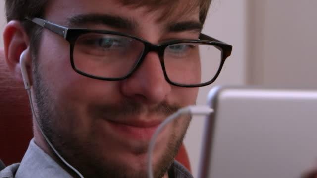 stockvideo's en b-roll-footage met hoofdtelefoons en digitale tablet. - in ear koptelefoon