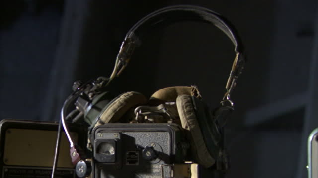 vidéos et rushes de headphones, knobs, and dials lie near radio equipment. - analogique