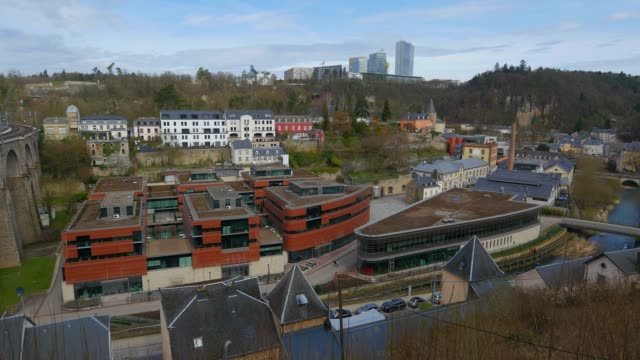 headquarter of amazon eu in claussen and kirchberg plateau, luxembourg city, grand duchy of luxembourg, europe - 本部点の映像素材/bロール