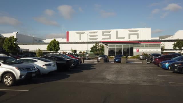 vídeos y material grabado en eventos de stock de headquartered in california, tesla, inc. is an american automotive and energy company specializes in electric car manufacturing. - vehículo eléctrico
