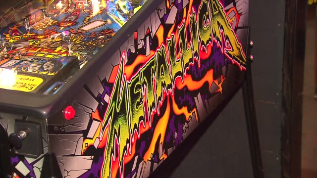 headquarters bar in downtown chicago combines the love of craft beer and arcade games. metallica pinball machine on october 10, 2013 in chicago,... - メタリカ点の映像素材/bロール