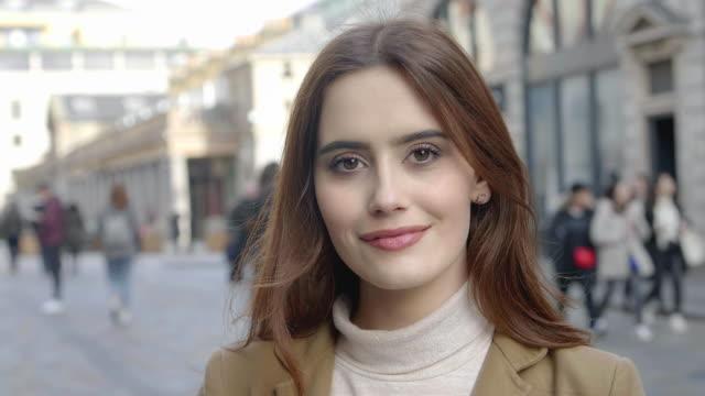 headshot vertrauen. junge frau sanftes lächeln.. - young women stock-videos und b-roll-filmmaterial