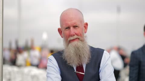 vídeos y material grabado en eventos de stock de en la cabeza de un hombre caucásico calvo con una barba - pelo facial