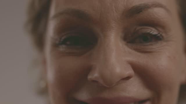 kopfschuss von schönen frau lächelnd in die kamera - one mature woman only stock-videos und b-roll-filmmaterial