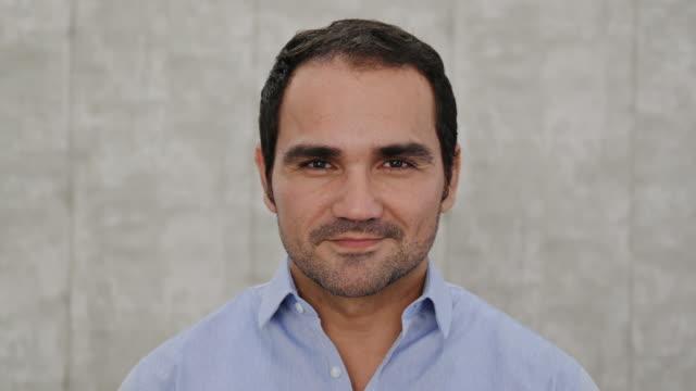 vídeos y material grabado en eventos de stock de retrato en la cabeza del hombre de negocios hispano relajado - ojos cerrados