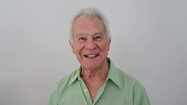 stockvideo's en b-roll-footage met headshot portret van glimlachende hogere latijns-amerikaanse mens - 70 79 jaar