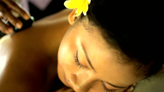 healing and relaxation treatment on asian girl indonesia - spa treatment点の映像素材/bロール