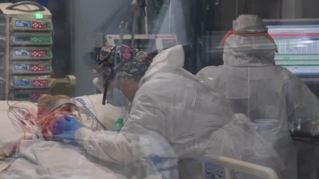 vídeos y material grabado en eventos de stock de health care staffers in personal protective equipment work inside a box of a intensive care unit at hospital del mar on april 15, 2020 in barcelona,... - unidad de vigilancia intensiva