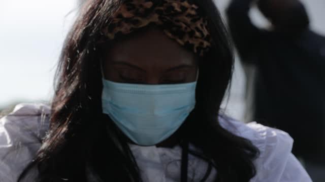 health nurse manager ashley hennigan fills a syringe with a dose of the johnson & johnson coronavirus vaccine during a walk-up clinic at the john f.... - columbia center bildbanksvideor och videomaterial från bakom kulisserna