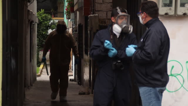 quito pichincha ecuador august 14th 2020 health personnel and police officers while entering home to collect dead body possible covid victim - eventuell stock-videos und b-roll-filmmaterial