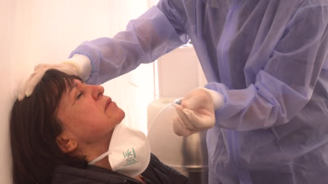 health professional wearing gloves inserts a long swab into a person's nose to test for infection of covid-19 in the neighborhood of suba on july 5,... - schulische prüfung stock-videos und b-roll-filmmaterial