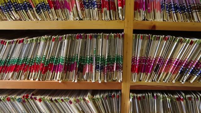 vidéos et rushes de dossiers de remise en forme dans un cabinet médical - embarras du choix